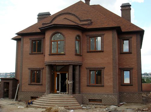 Фото фасадов домов из кирпича разного цвета