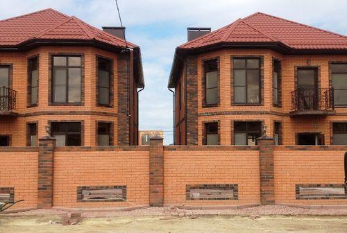 дом из коричневого кирпича фото