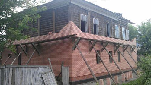 oblicovka_derevyannogo_doma_kirpichom_08