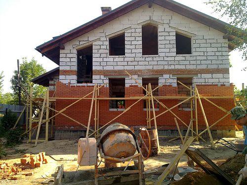 oblicovka_doma_iz_gazobetona_kirpichom_05