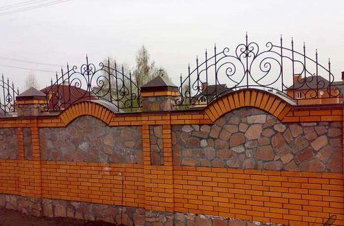 krasivye_zabory_iz_kamnya_i_kirpicha_6